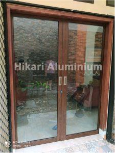 pintu aluminium motif kayu jati